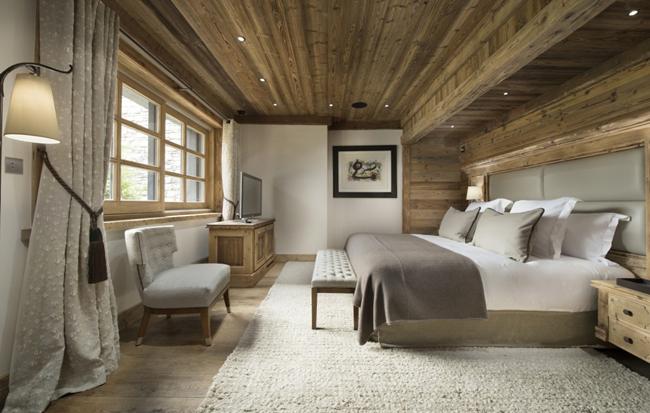 Стильная спальная в деревянном доме