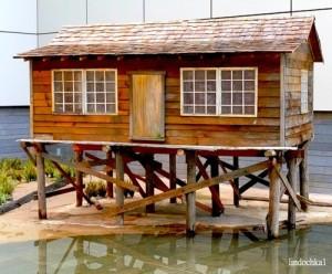 Дом на сваях у воды