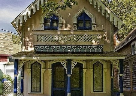 Желто синее сочетание в окраске стен деревянного дома