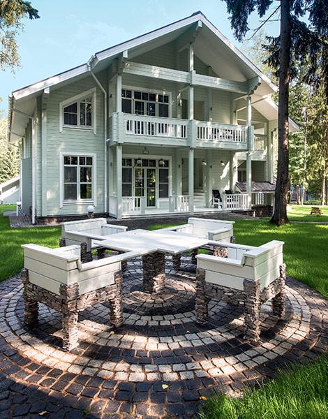 Светлый фасад деревянного дома